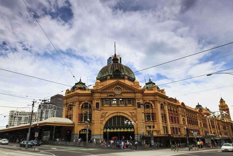 Историческое здание вокзала Флиндерс в колониальном стиле из желтых кирпичей