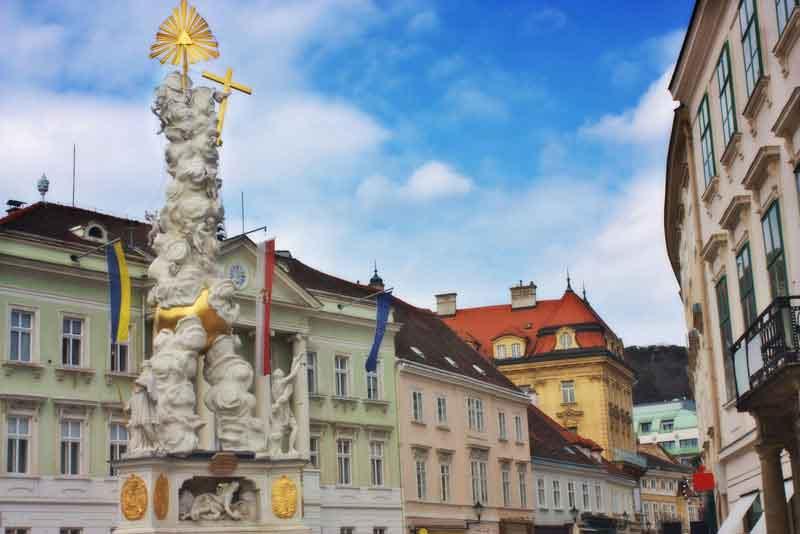 Чумной столб и главная улица в небольшом городке