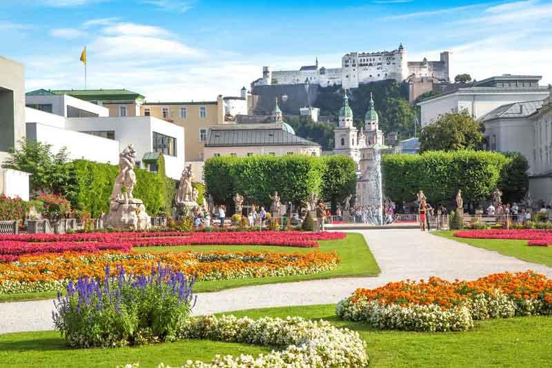сады Мирабель на фоне старой исторической крепости Хоэнзальцбург