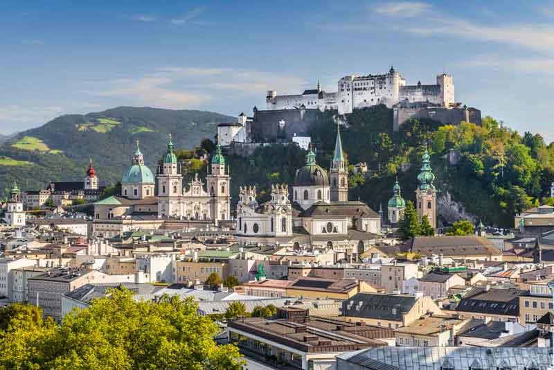 Вид на исторический город Зальцбург и крепость Хоэнзальцбург