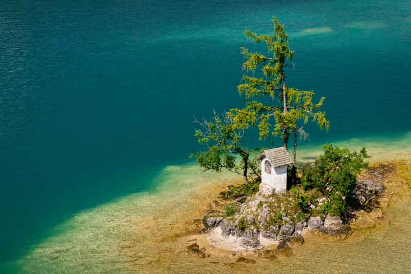Небольшой остров в прозрачном озере Вольфгангзее
