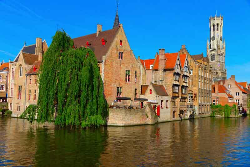Вид на канал, колокольни и дома