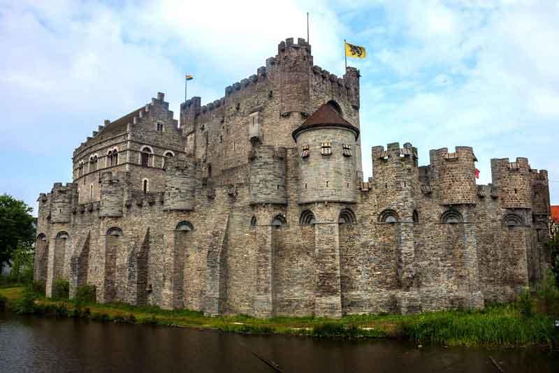 Средневековый замок Гравенстеен