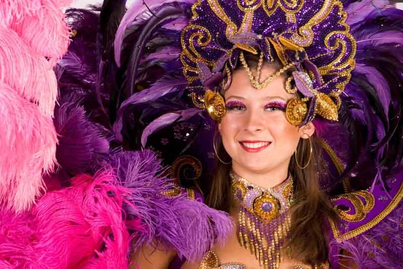 Прекрасная танцовщица в карнавальном костюме