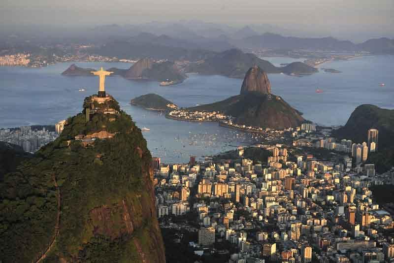 Христос, символ Рио-де-Жанейро, на вершине Корковадо Хилл, с видом на залив Гуанабара и Сахарную голову