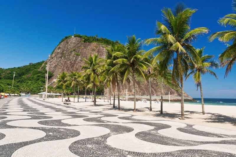 Лемье и Копакабама пляж с пальмами и тротуаром из мозаики