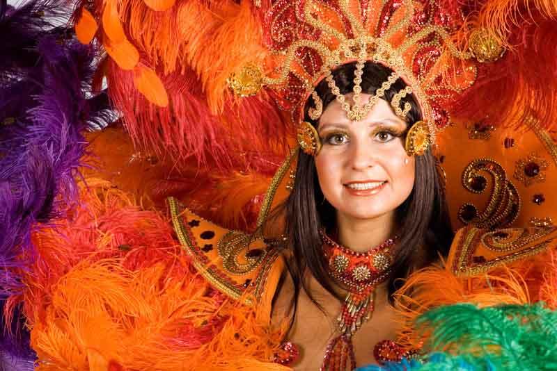 Красивая танцовщица в карнавальном костюме