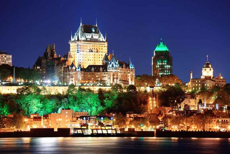 Вид на город в сумерках со стороны реки