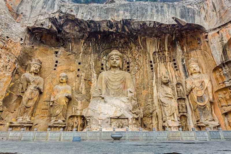 Гроты Лунмэнь с фигурами Будды