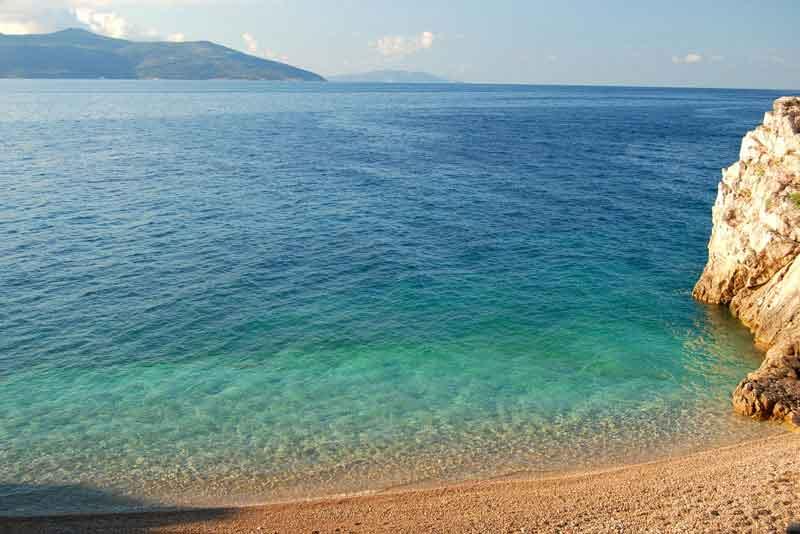 Живописный скалистый хорватский пляж