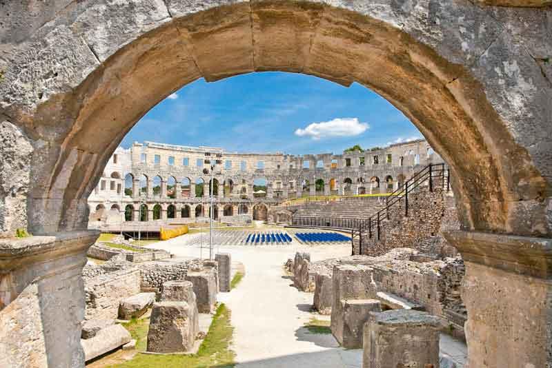 Римский амфитеатр построен с 27 г. до н.э. - 68 г. н.э.