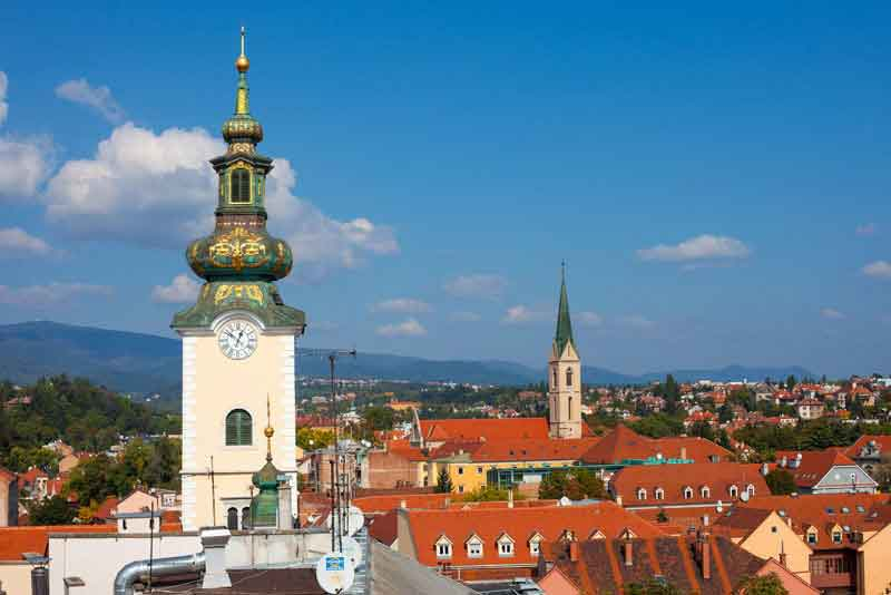 Вид на крыши Долац рынка и башни церкви Святой Марии