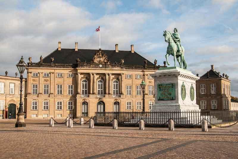 Памятник Фредерику V и Дворец Брокдорф