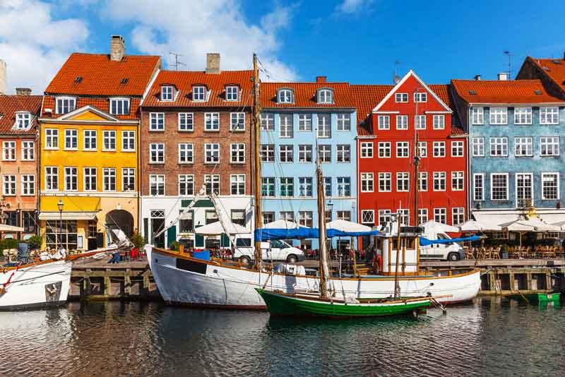 Живописный летний вид на разноцветные здания
