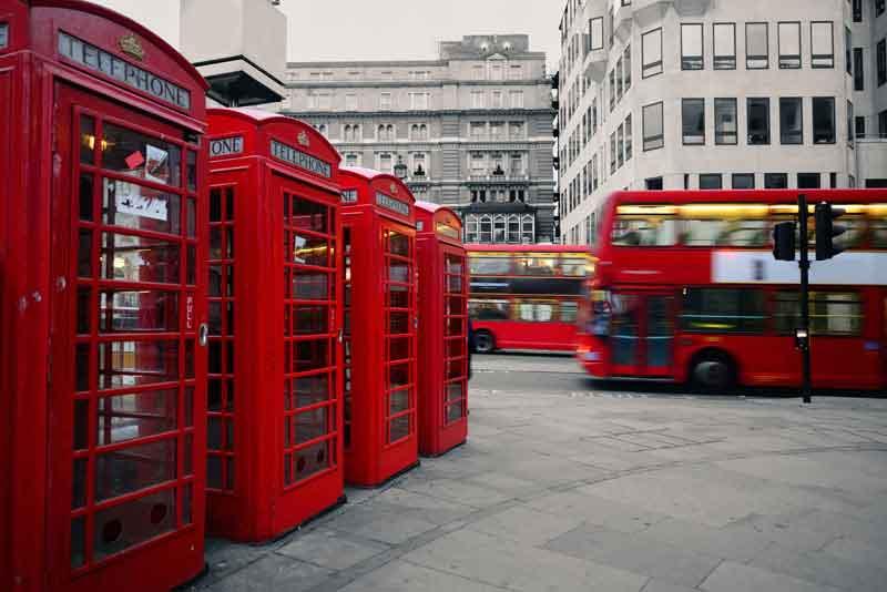 Красные телефон и автобус