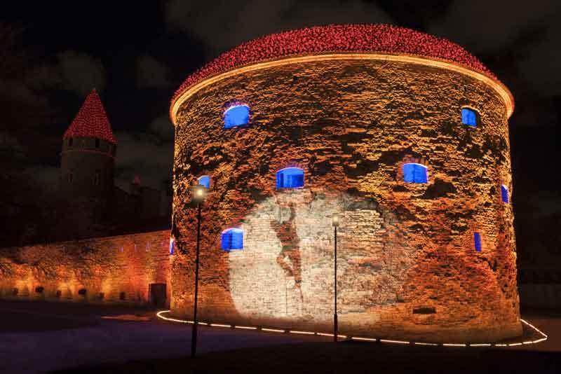 Подсветка древней башни Толстая Маргарета в Старом городе