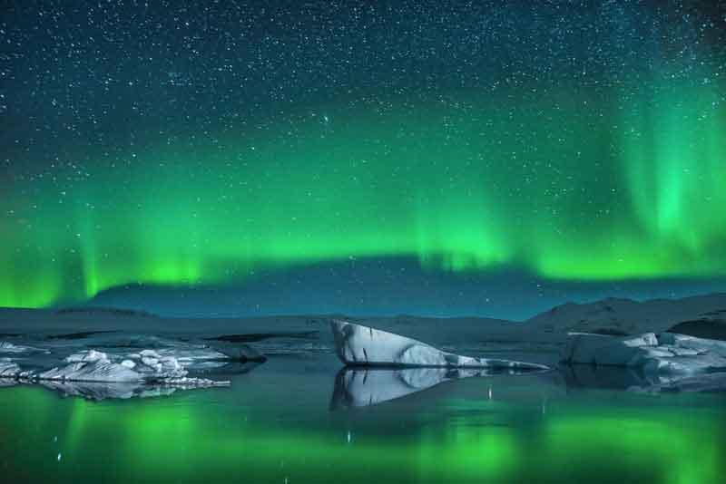 Айсберги при северном сиянии