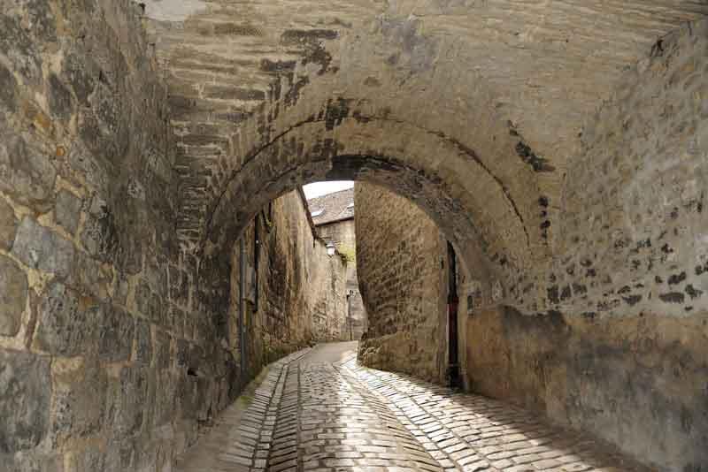 Улица с воротами в центре старого города