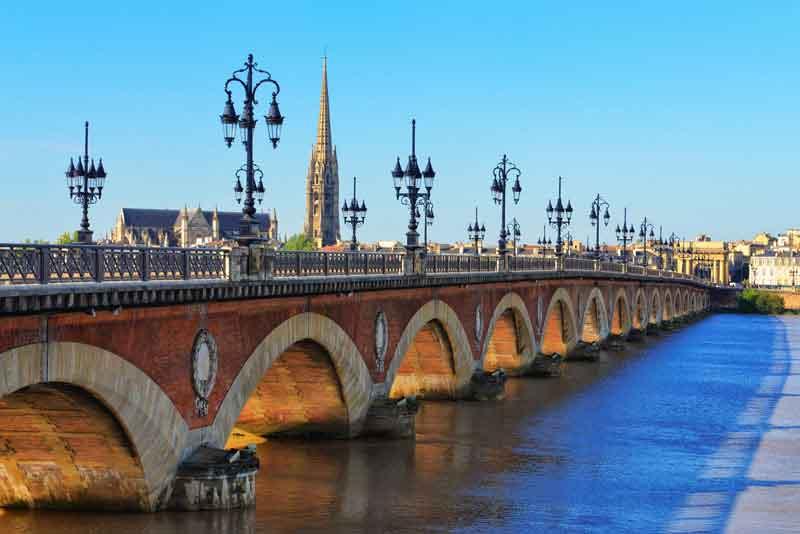 Мост через реку и вид Собор Сен-Мишель