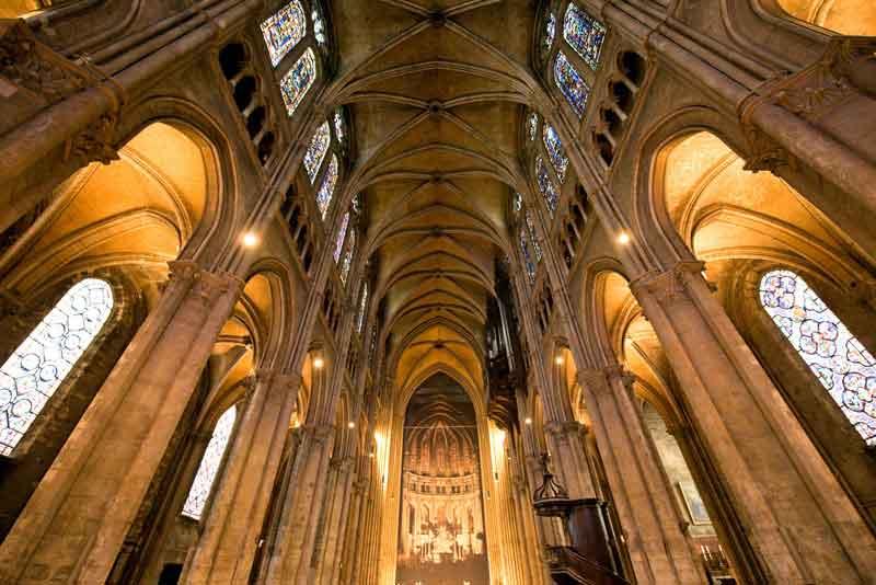Интерьер собора в готическом стиле