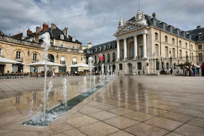 Площадь Свободы и Дворец герцогов Бургундии