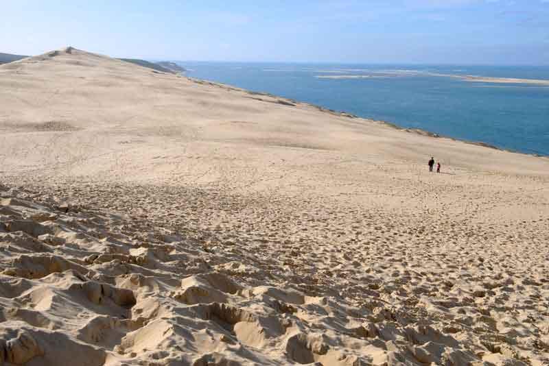 Высокая песчаная дюна на побережье Ла-Тест-де-Бух, залив Аркашон