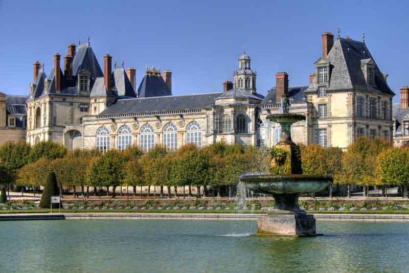 Дворец Фонтенбло - один из крупных средневековых королевских замков во Франции