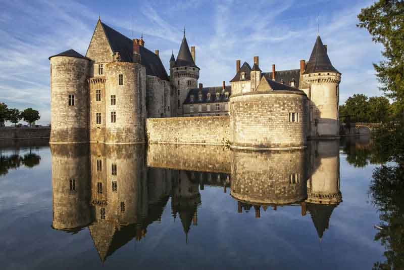 Замок Sully-sur-loire. в долине реки Луары