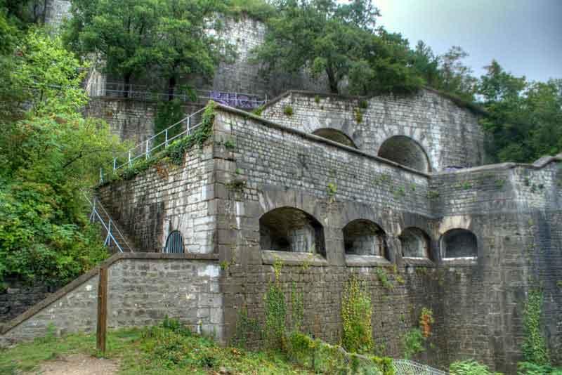 Замок на холме на реке Изер