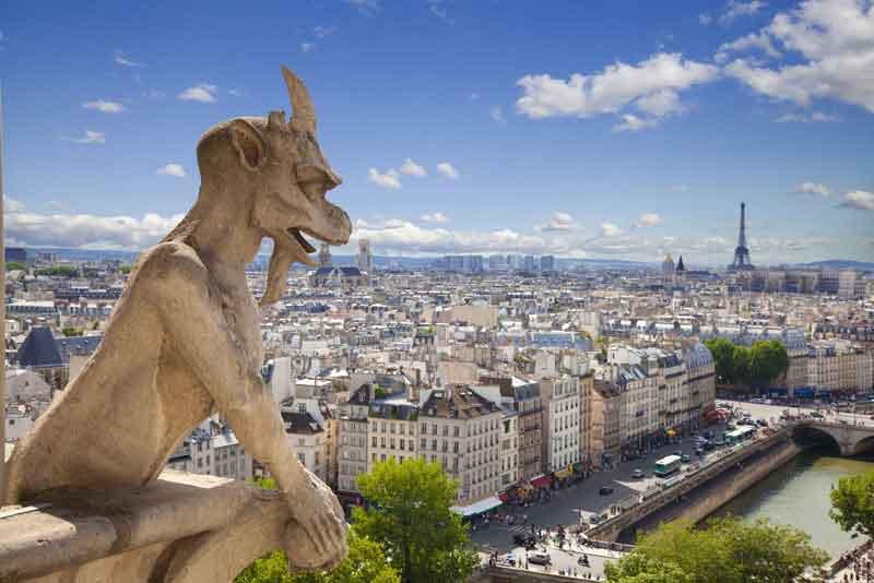 Известный демон собора Нотр-Дама с видом на Эйфелеву башню