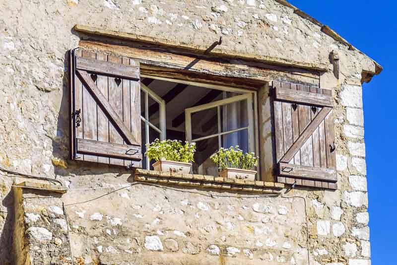 Каменные дома, украшенные цветами