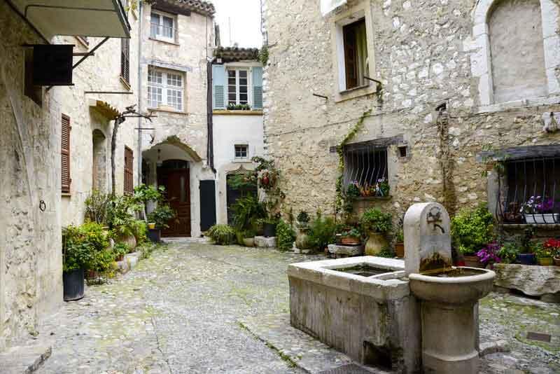 Питьевой фонтан в средневековом городе
