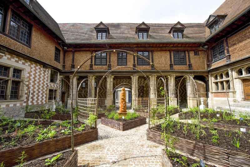 Суд средневекового дворца