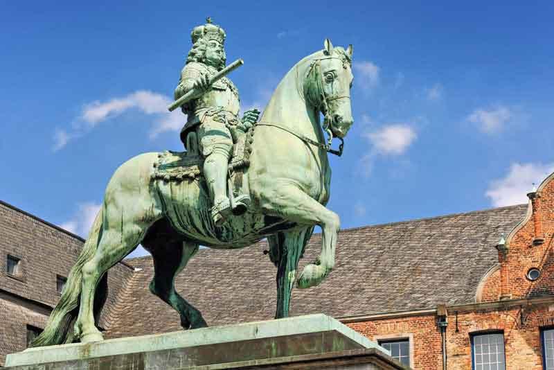 Статуя Иоганна Вильгельма перед ратушей