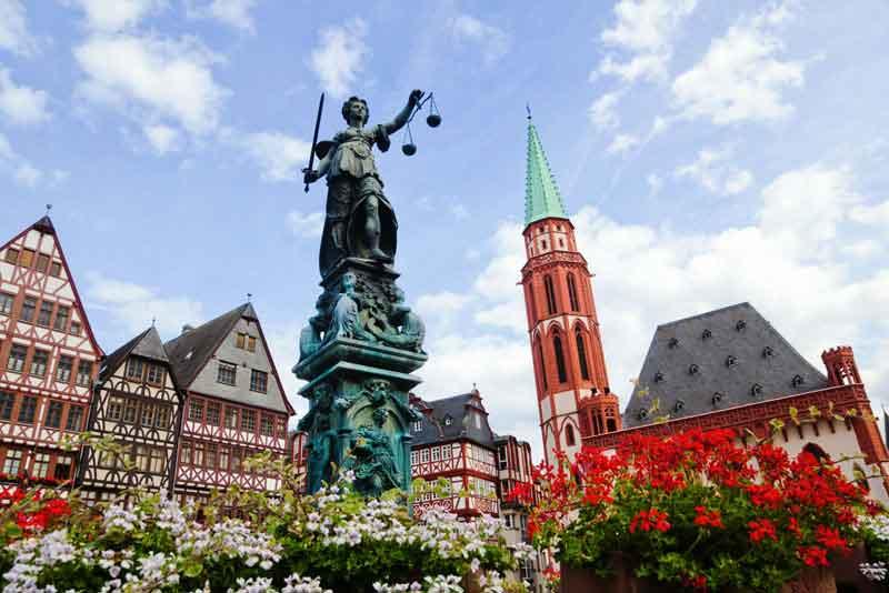 Старый город со статуей Правосудия