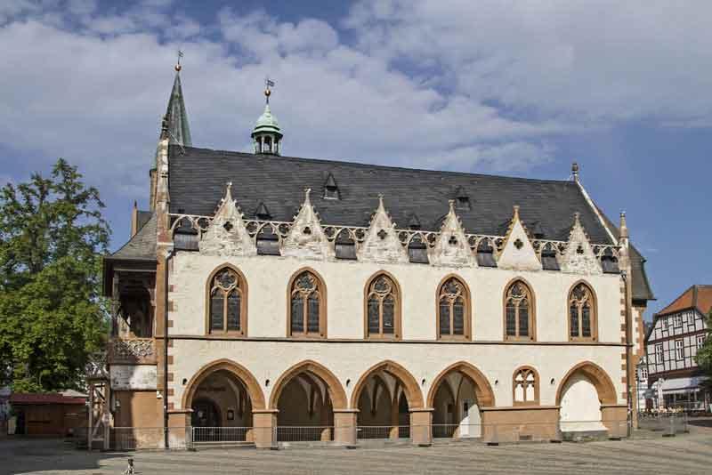 Рынок с готической ратушей