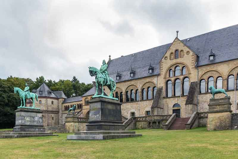 Императорский дворец - самый большой, самый старый и хорошо сохранившийся (11 век)