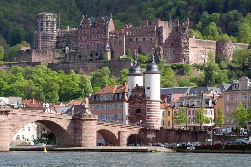 Вид на старый город с замком и старым мостом