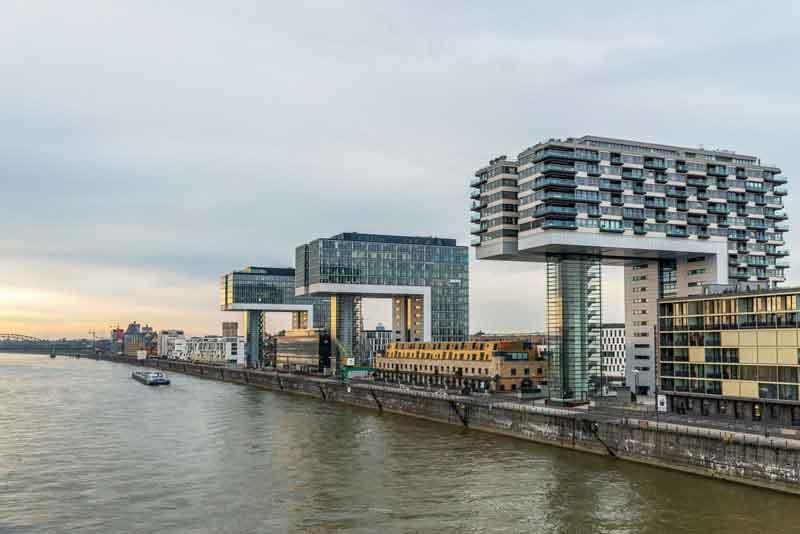 Современная арихитектура банков на берегу Рейна