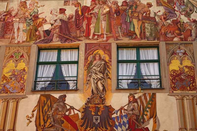 Живописный фасад средневекового здания