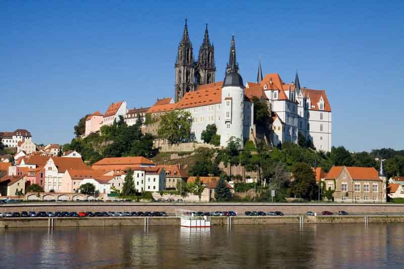 Городской пейзаж с замком Альбрехтсбург на реке Эльбе