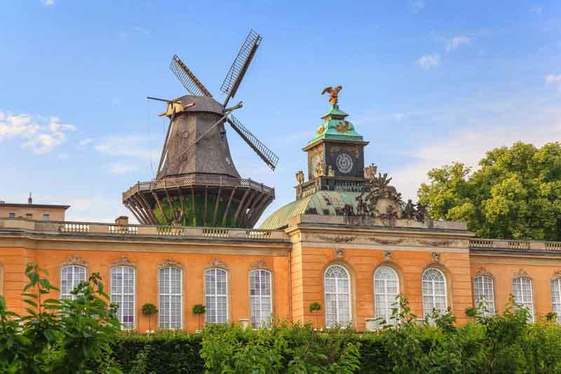 Ветряная мельница в парке Дворса Сан-Суси