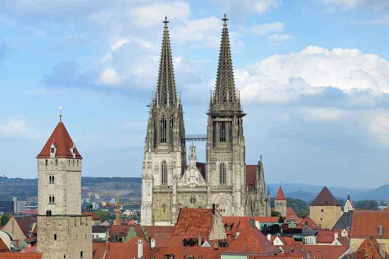 Собор и красные черепичные крыши Старого города