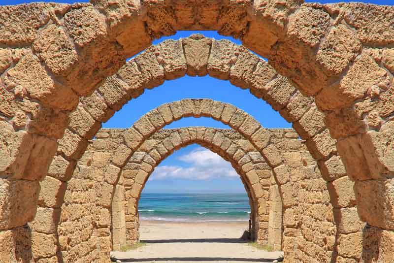 Древняя арка в море