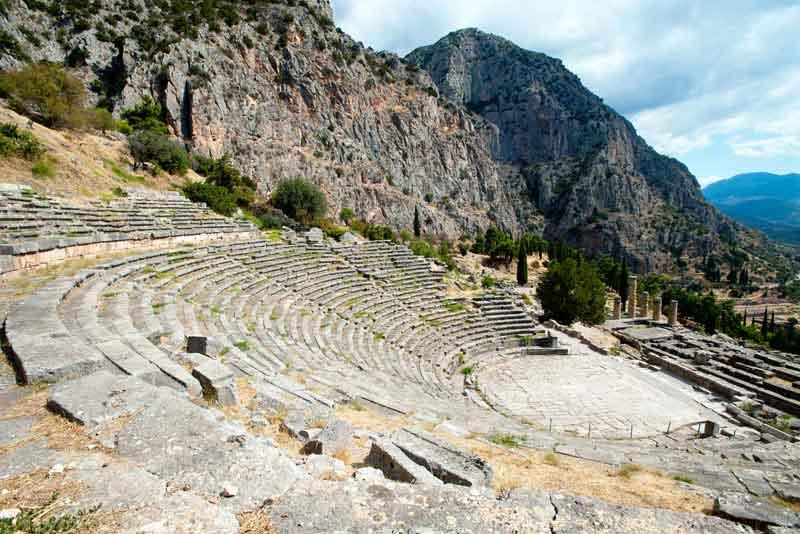 Руины древнего театра на археологических раскопках