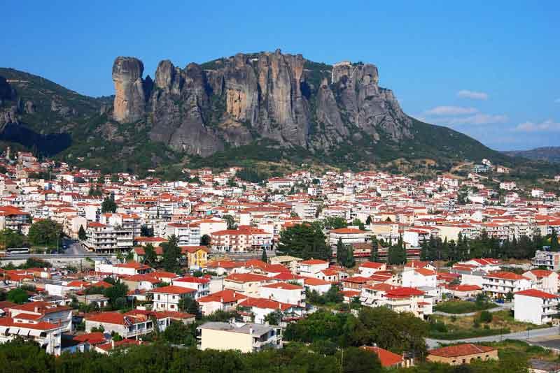 Вид на город со скалой