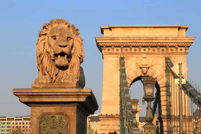 Цепной мост и статуя льва