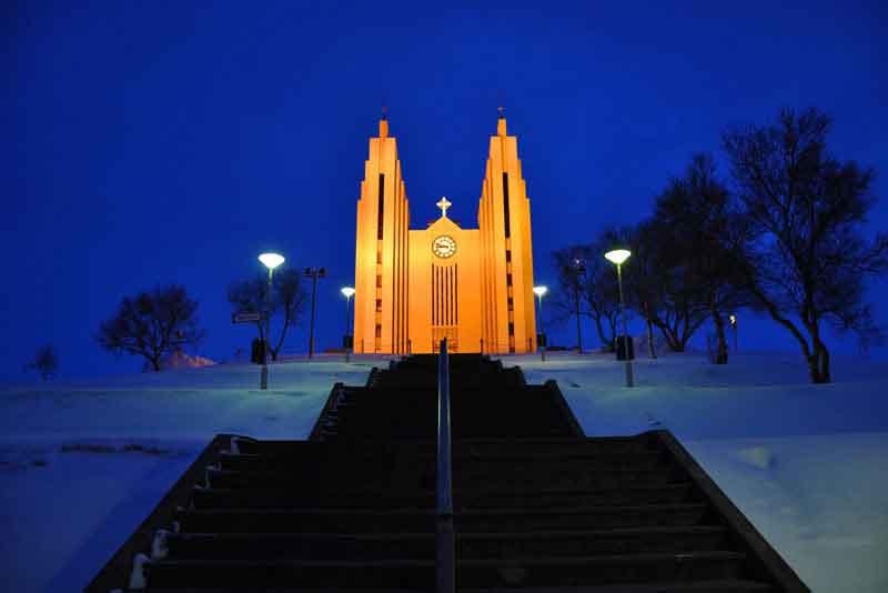 Церковь Акюрейри в зимнюю ночь