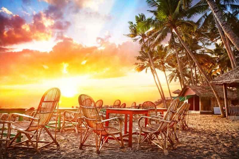 Кафе с видом на океан на тропический береговой линии
