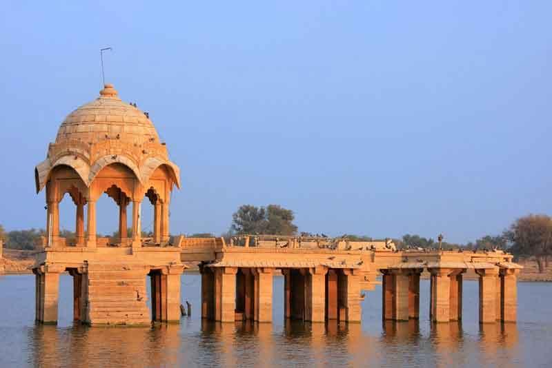 Гади Сагар храм на озере Гадисар